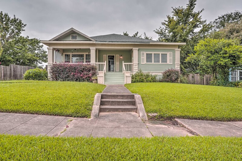 Shreveport Home w/ Shared Yard - 2 Mi to Downtown!, vacation rental in Shreveport