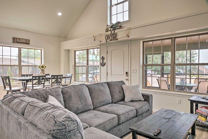 NEW! Updated Cabin w/ Direct Lake Access & Pool!, casa vacanza a Lampe