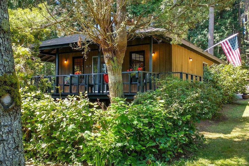 Japanese Teahouse w/ Wraparound Deck & Garden View, holiday rental in Sequim
