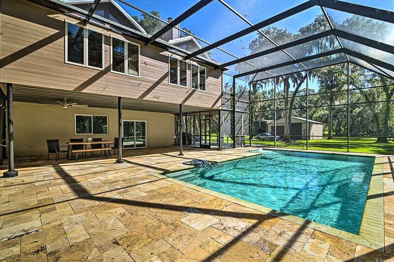 NEW! Riverfront House w/ Lanai + Games on 2.5 Acres!, casa vacanza a Valrico