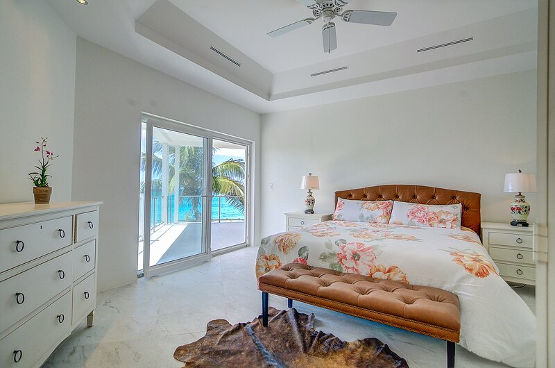 A LOVELY New Beachfront Listing in The Bahamas! 2W, vacation rental in Coral Harbour