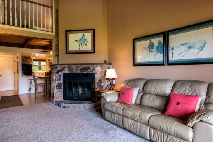 NEW! Quaint And Cozy Condo-Beautiful Mountain Views/Deck-Near All Uptown Ameniti, alquiler de vacaciones en Pagosa Springs