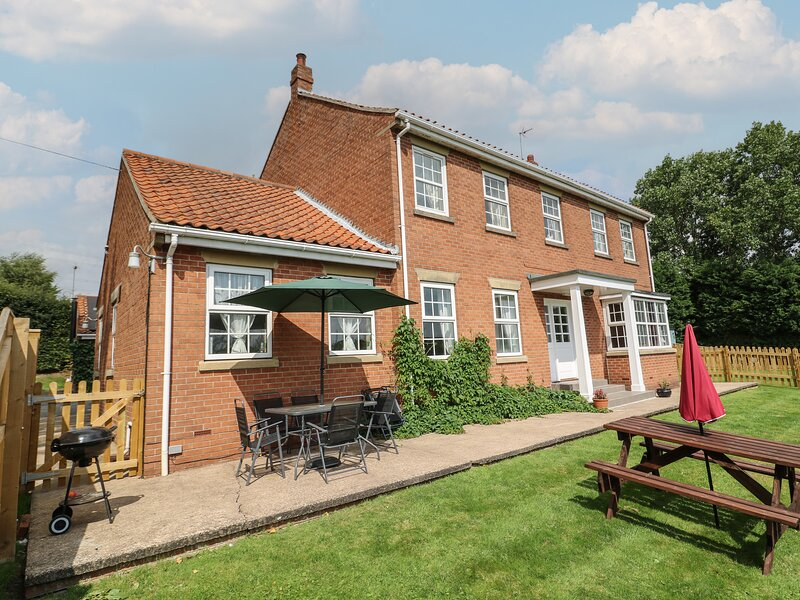 WOODHILL, eco-friendly, country holiday cottage, with a garden in Cottingham, casa vacanza a Little Weighton