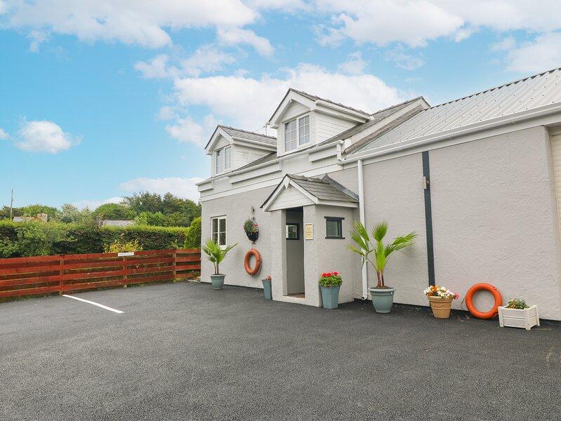 TAN Y BARN COTTAGE, open-plan, hot tub, woodburner, in Brynteg, holiday rental in Brynteg