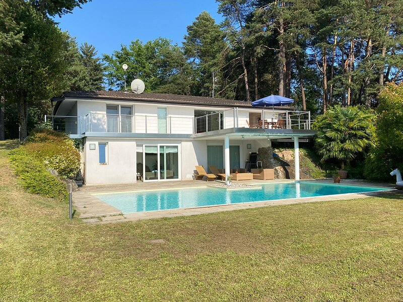 Villa Violetta in Luino with pool and garden, holiday rental in Luino