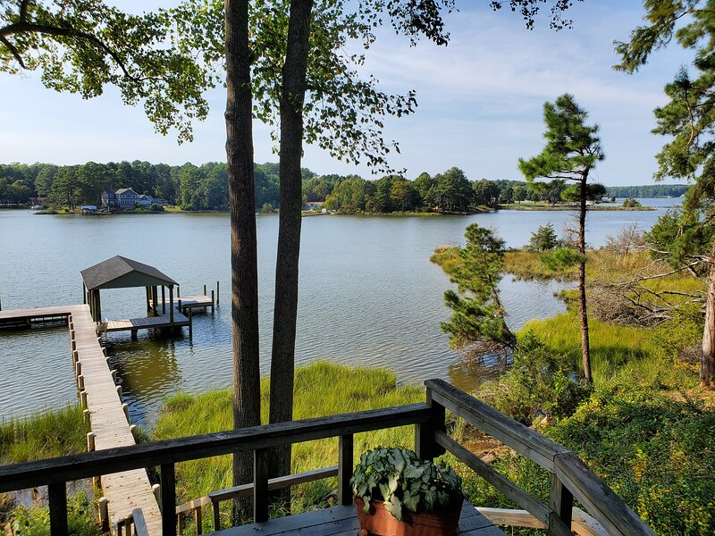 Waterfront Home with Pier, 2bds/1ba, alquiler vacacional en Gwynn