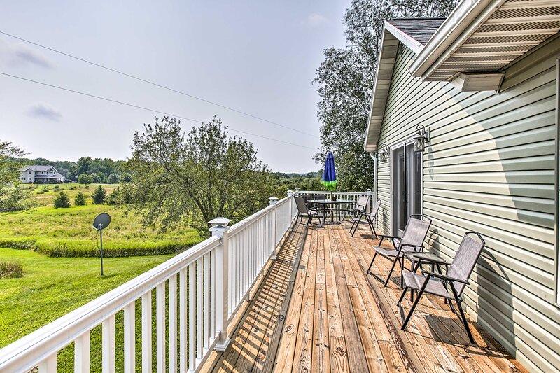 NEW! Lakefront Scottville House w/ Deck + Big Yard, location de vacances à Free Soil
