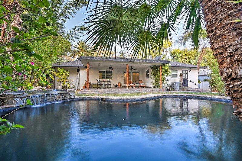 NEW! Bakersfield Oasis: Sweet Tropical Pool Setup!, holiday rental in Bakersfield