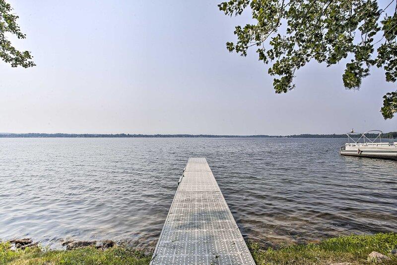 NEW! Idyllic Lakeside Haven w/ Patio & Fire Pit!, alquiler de vacaciones en Manton
