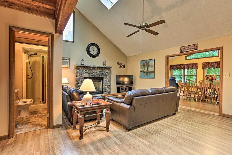 NEW! Lake Ariel Family Retreat with Pool Access!, holiday rental in South Canaan
