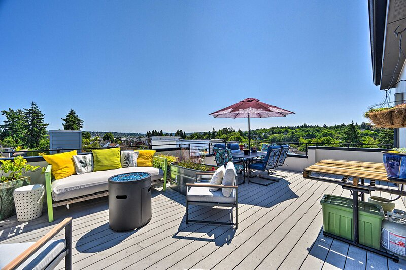 NEW! Stylish Getaway w/ Canal + Mtn Rooftop Views!, vacation rental in Indianola