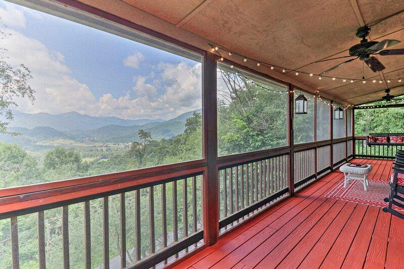 NEW! Hilltop Escape: Smoky Mtn View & Screen Porch, alquiler de vacaciones en Lake Junaluska