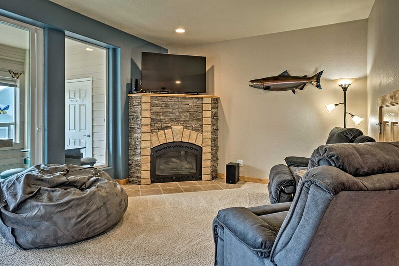 NEW! Gold Beach Townhome w/ Ocean Views & Sunroom!, vacation rental in Ophir