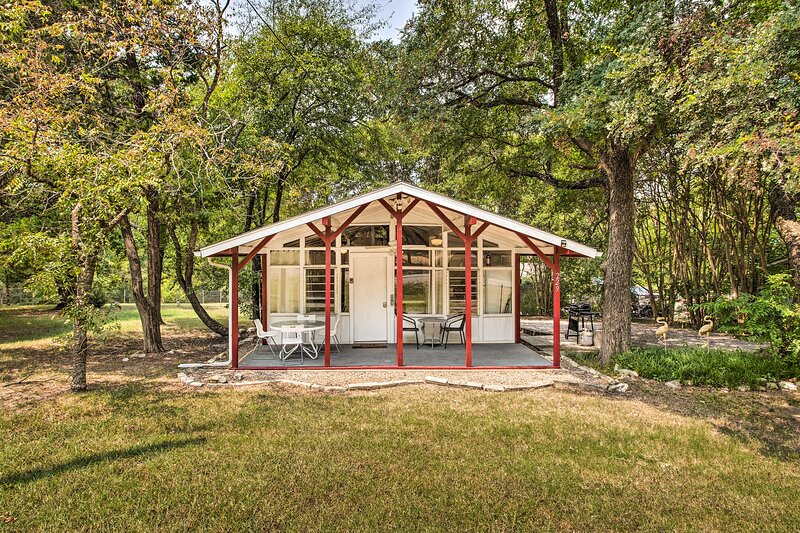 NEW! Chic Cabin w/ Grill < 1 Mile To Lake Texoma, holiday rental in Denison