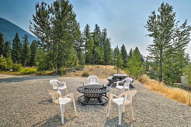 NEW! Wilderness Glamping: Remote Eureka Tiny Home!, alquiler de vacaciones en Rexford