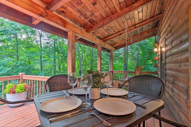 NEW! Chic Creekside Cabin, 25 Miles to Asheville, location de vacances à Mars Hill