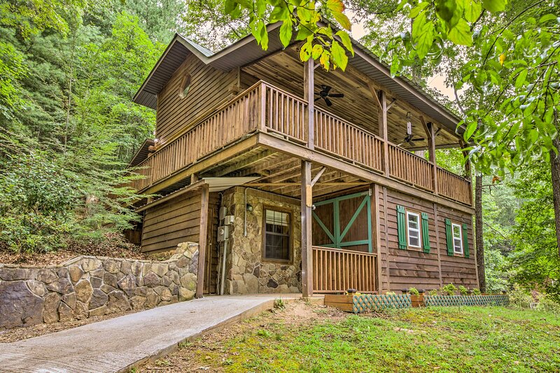 NEW! Hillside Log Cabin w/ Deck & 2 Living Spaces!, holiday rental in Culberson