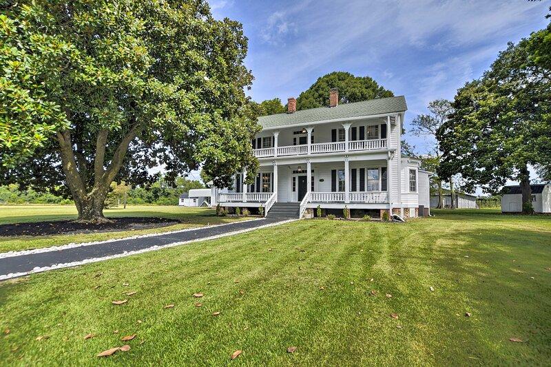 NEW! Historic 'Magnolia Manor' on 5 1/2-Acre Farm!, location de vacances à Mullins
