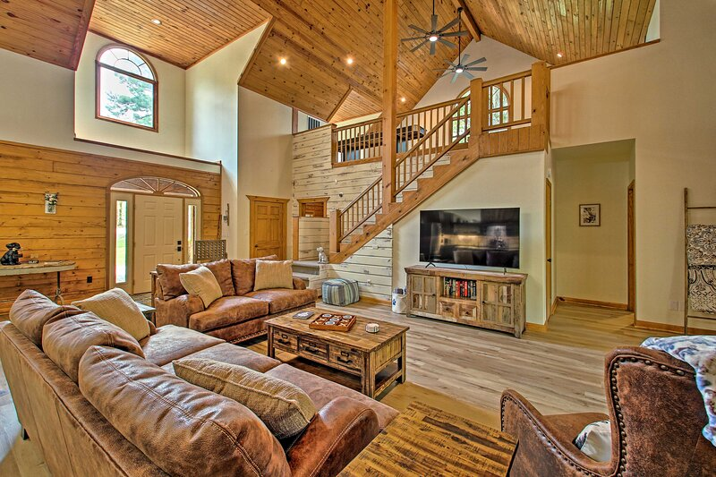 NEW! Luxe Hot Springs Cabin on Pond w/ Game Room!, holiday rental in Royal