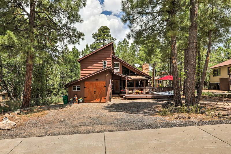 NEW! Rustic Cabin w/ BBQ in Coconino Nat'l Forest!, casa vacanza a Munds Park