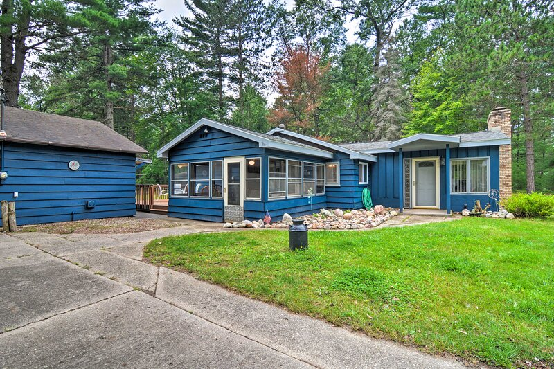 NEW! Quaint Roscommon Cabin with Deck & Fire Pit!, holiday rental in Prudenville