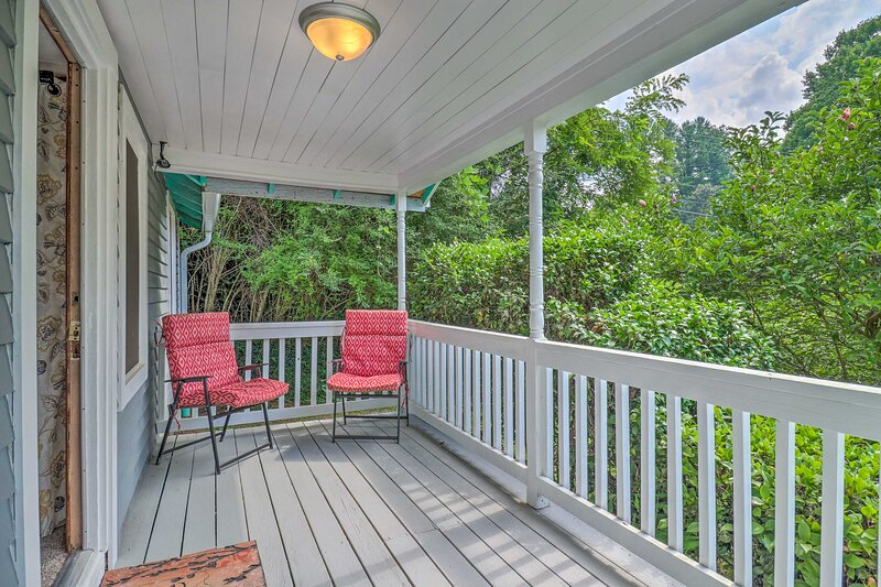 NEW! Idyllic Cottage in Dtwn Sylva: Hike & Explore, holiday rental in Webster