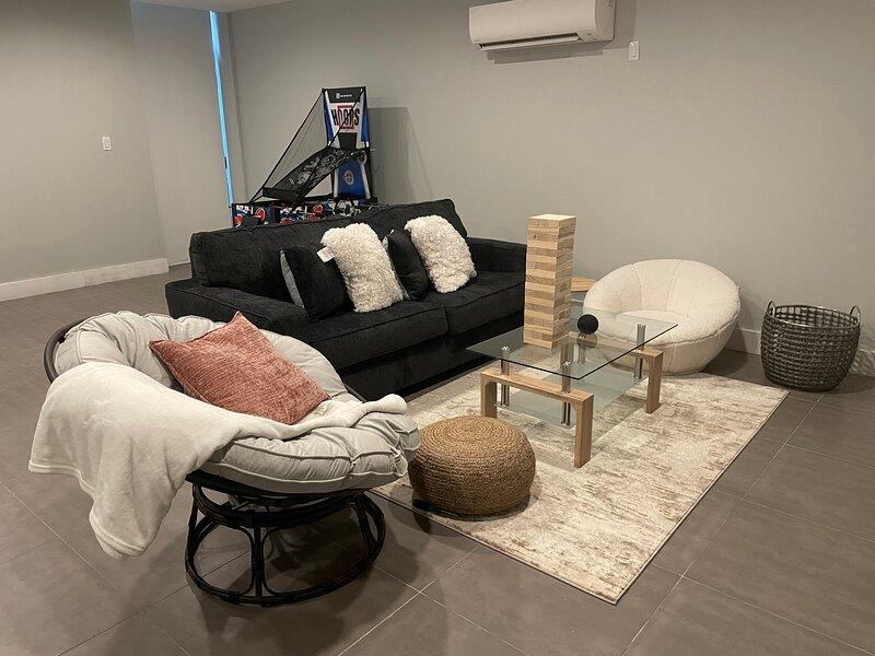 BRAND NEW 2 BEDROOM APARTMENT BY THE BARCLAYS!, aluguéis de temporada em Snyder Square