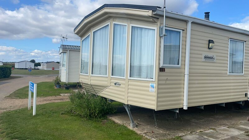 Lovely 6 caravan for hire at Oaklands Holiday Park ref 4409BVB, holiday rental in Harwich
