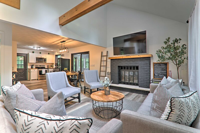 NEW! 'Woodland Cottage' w/ Yard & Echo Lake Access, casa vacanza a Mount Pocono