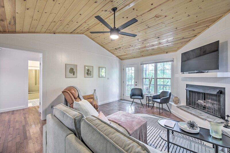 NEW! Updated Young Harris Cabin w/ Deck & Porch!, alquiler vacacional en Warne