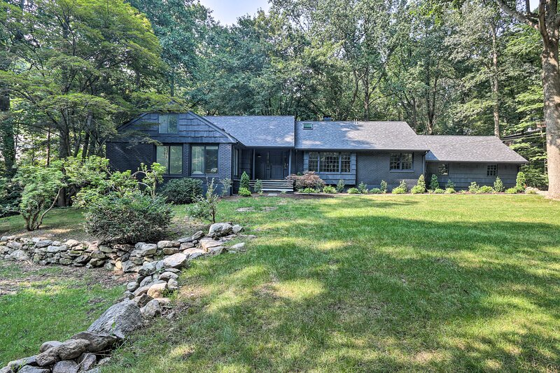 NEW! Luxury Forest Escape w/ Creek On-Site + Deck!, vacation rental in Katonah