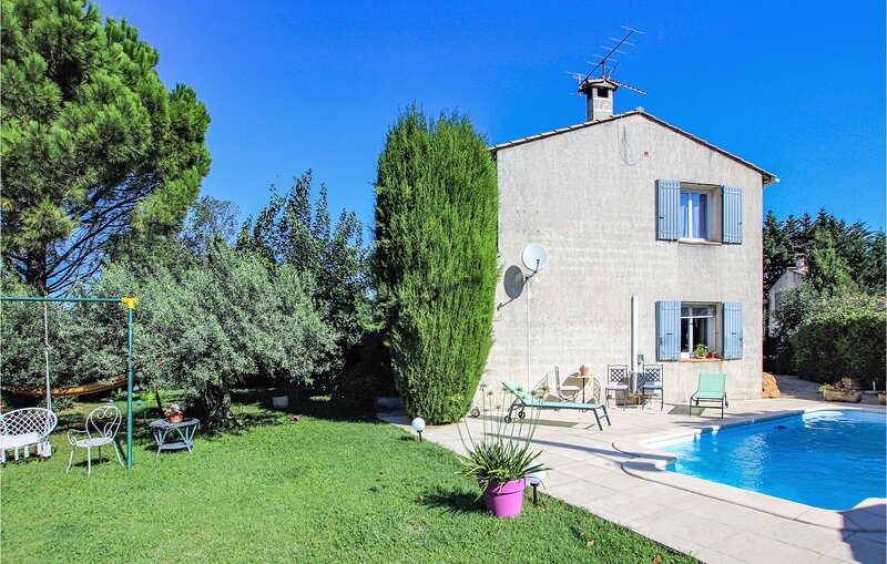 Beautiful home in Montfavet with Outdoor swimming pool and 3 Bedrooms (FPV784), Ferienwohnung in Montfavet