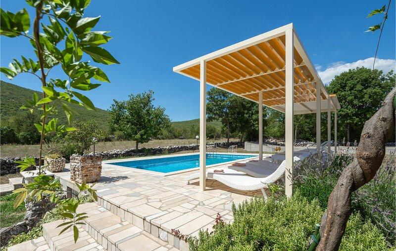 Amazing home in Vojnic Sinjski with Sauna, WiFi and 3 Bedrooms (CDT302), aluguéis de temporada em Kotlenice