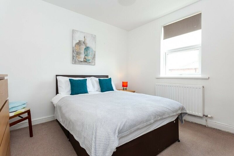 5 Bed House near Manchester, vacation rental in Salford