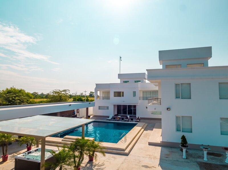 MODERN WHITE VILLA WITH PRIVATE BEACH, alquiler de vacaciones en Mompiche