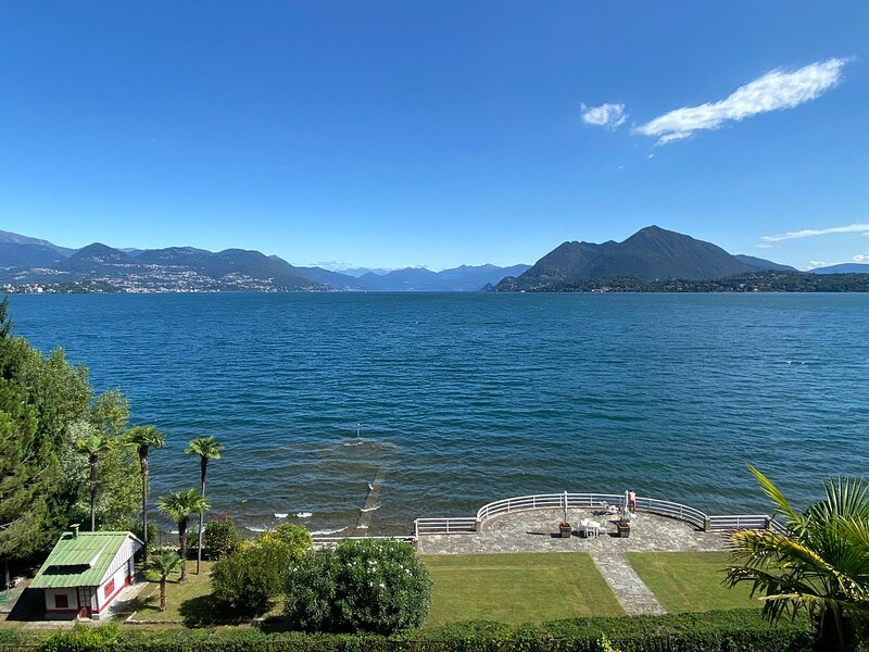 Liberty apartment on the lake with beach near the center of Stresa, location de vacances à Cellina