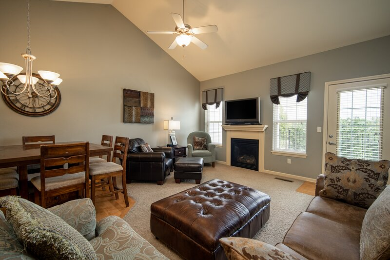 3 Bedroom, 2.5 Bath Townhouse with Pool Table, Fireplace, and Patio with Gas Gri, alquiler de vacaciones en Branson