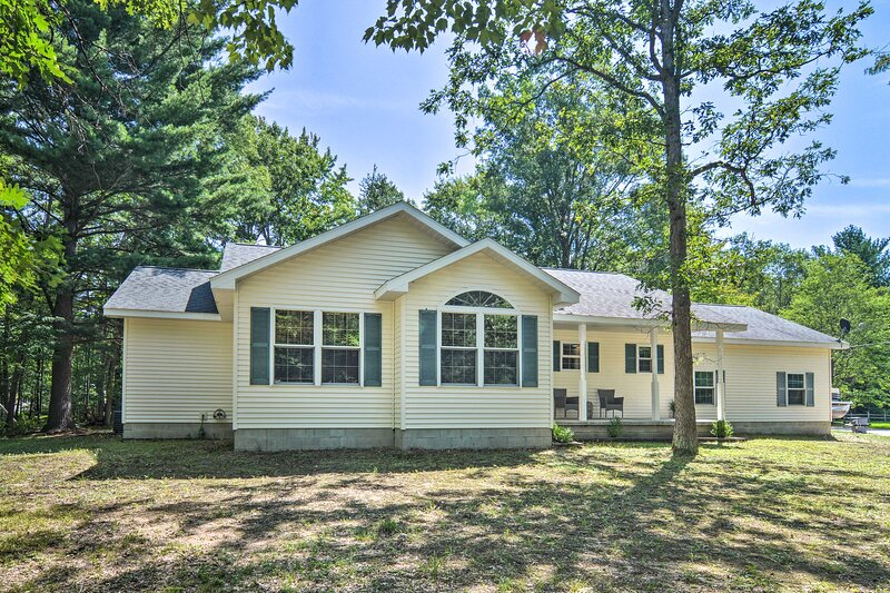 NEW! Upscale Family Home < 1 Mi to Higgins Lake!, holiday rental in Prudenville