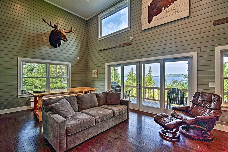 2-Acre Lakefront Greenville Home w/ Cottage + Dock, location de vacances à Kokadjo