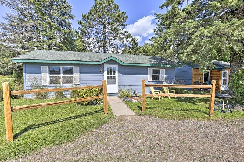 NEW! Inviting Wisconsin Cottage w/ Charcoal Grill!, alquiler de vacaciones en Radisson