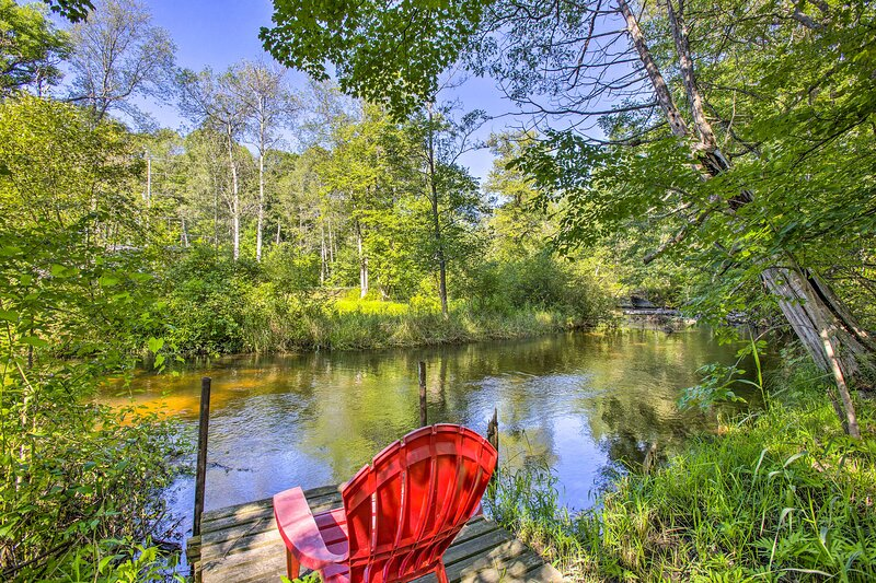 NEW! Little Manistee Riverfront Cabin w/ Fire Pit!, holiday rental in Luther