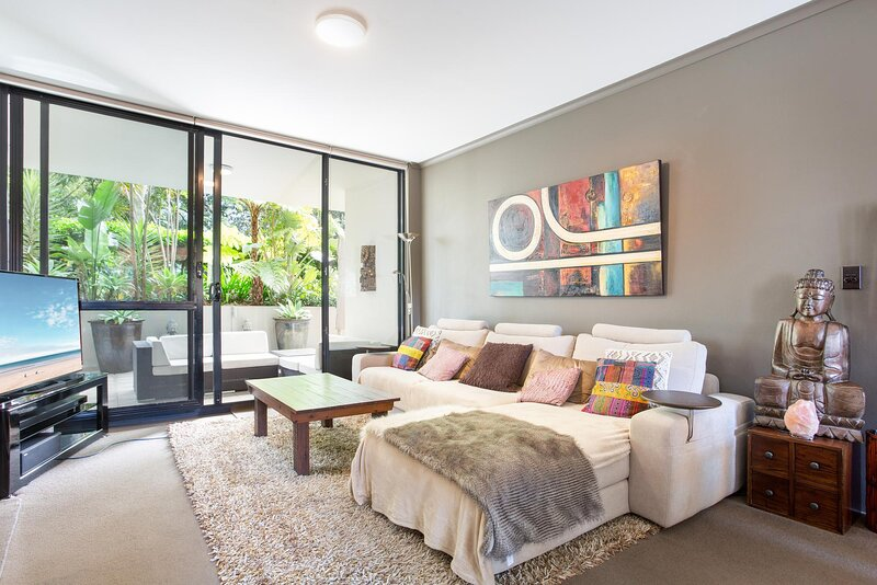 MadeComfy Spacious and Sunlit Courtyard Unit, holiday rental in Enmore