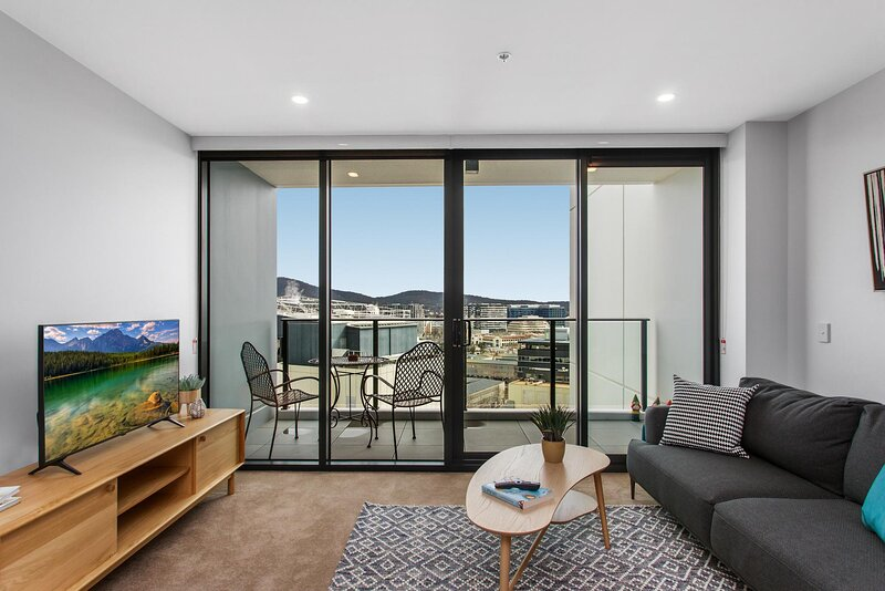 MadeComfy Modern 2-Bed Canberra City Apartment, holiday rental in Australian Capital Territory
