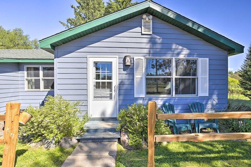 NEW! Wisconsin Community Cottage w/ Charcoal Grill, alquiler de vacaciones en Radisson