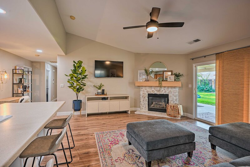 NEW! Family-Friendly Home, 6 Mi to Riverwalk Plaza, holiday rental in Bakersfield