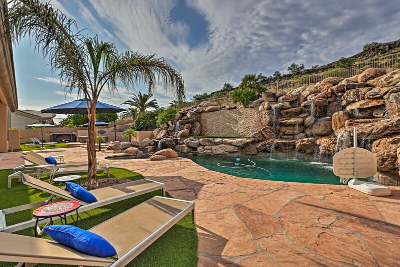 NEW! Remarkable Glendale Abode w/ Outdoor Oasis!, casa vacanza a Sun City