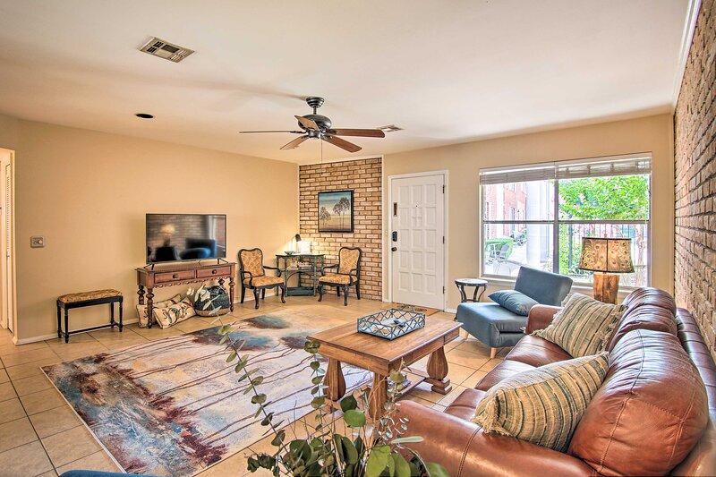 NEW! Airy Tulsa Condo Near Dtwn & Arkansas River!, holiday rental in Jenks