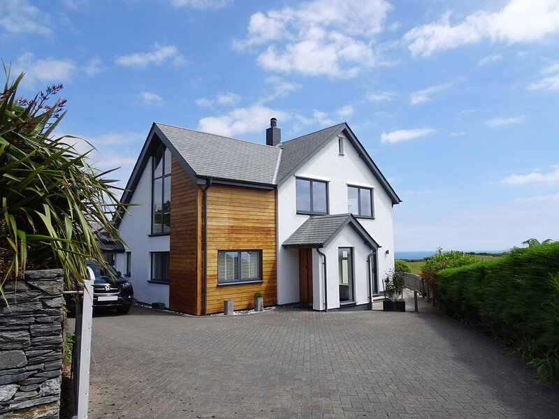 SKERRIES, stunning detached house with wood burning stove, three reception, location de vacances à Strete