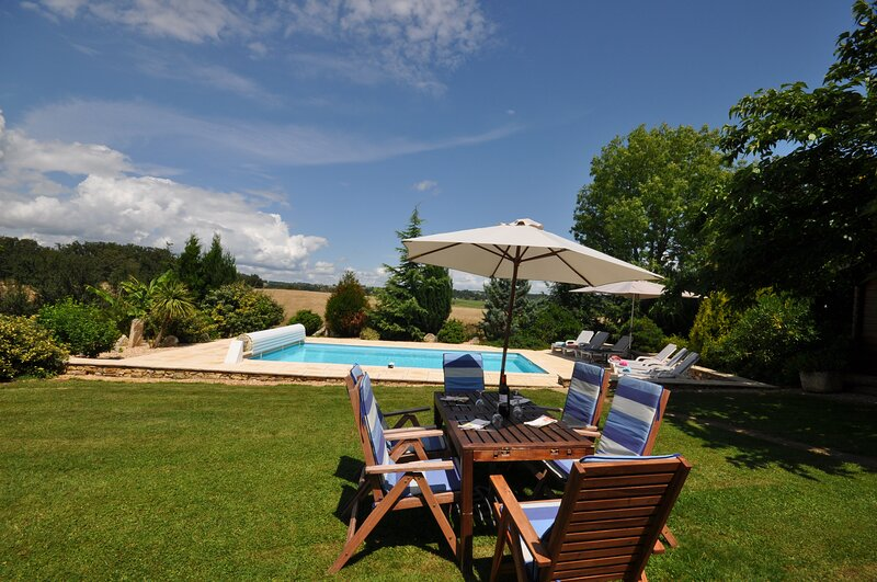 Beautiful stone house in a tranquil setting with stunning views all around ., holiday rental in Saint-Medard-d'Excideuil