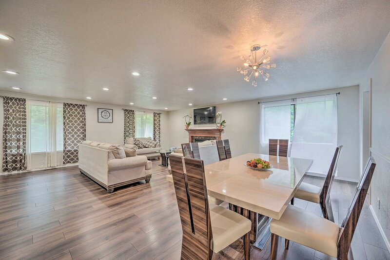 NEW! Modern Home w/ Deck ~ 14 Mi to Dtwn Seattle!, holiday rental in Shoreline